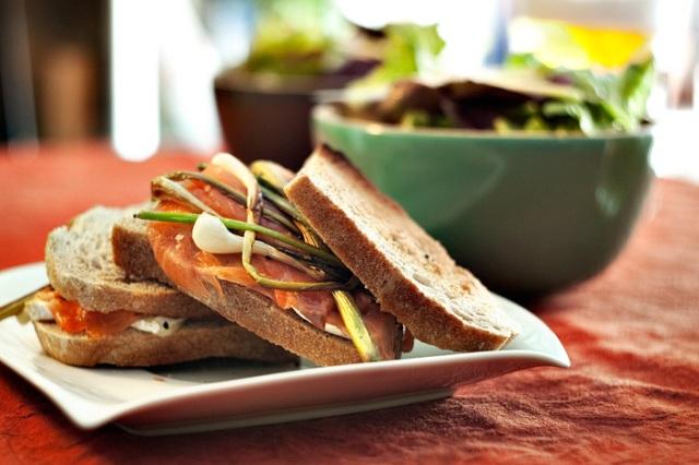 Sandwich special de salmón, queso y ajetes frescos