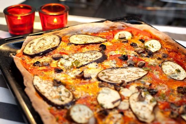 Pizza de berenjena, tomate natural y pimiento verde.